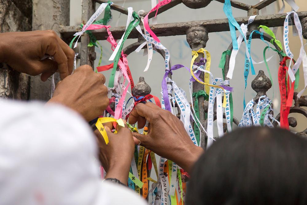 Fiéis amarram fitas do Senhor do Bonfim na grade da Basílica no dia da Lavagem do Bonfim em Salvador