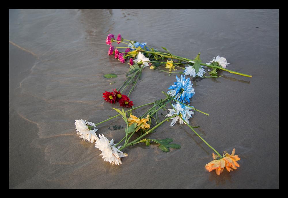 Flores na areia para Iemanjá
