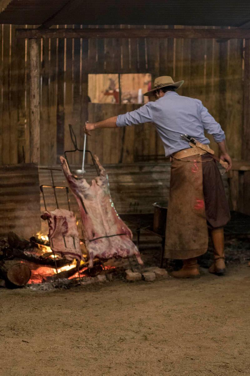 Gaúcho fazendo churrasco no acampamento Farroupilha de Porto Alegre