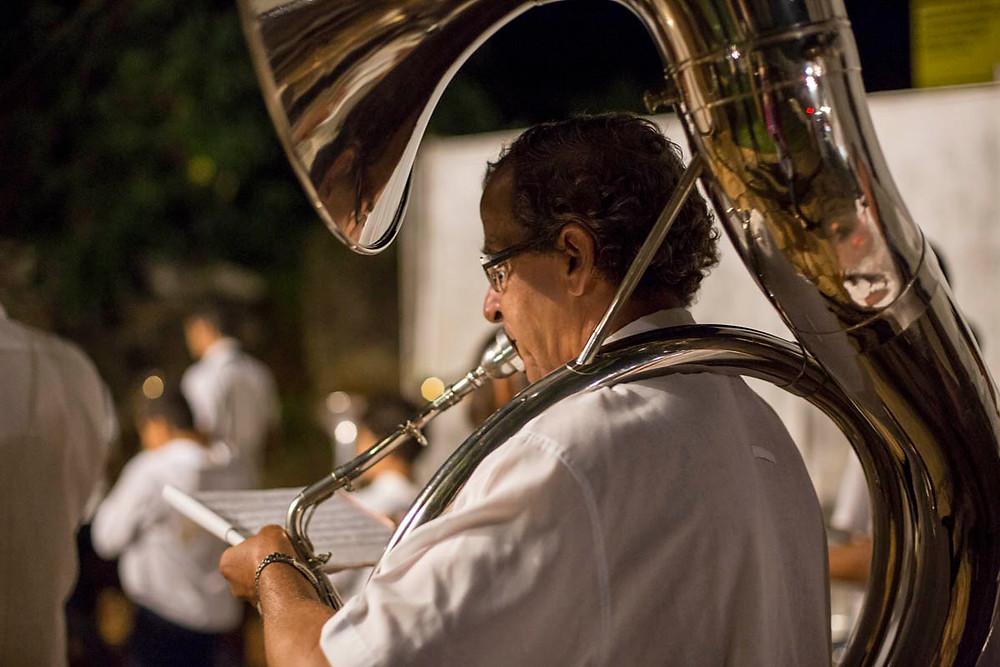 A banda acompanha a procissão de Quaresma em Tiradentes, Minas Gerais