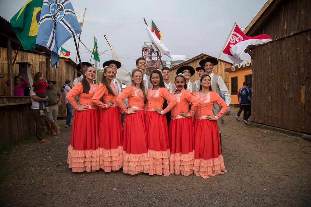 Grupo de dança tradicional gaúcha posa para foto minutos antes do início da apresentação no palco principal da Semana Farroupilha de Porto Alegre