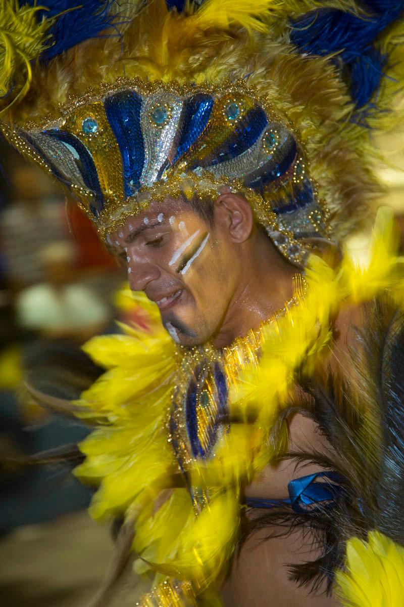 Brincante de Carnaval vestido de caboclinho