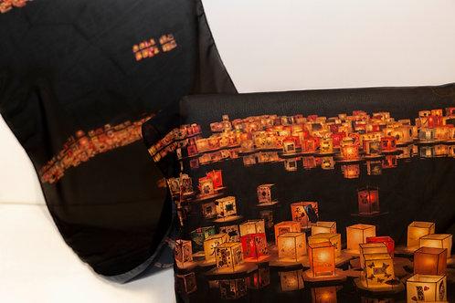 Echarpe com fundo preto e imagem de lanternas coloridas do Tooro Nagashi