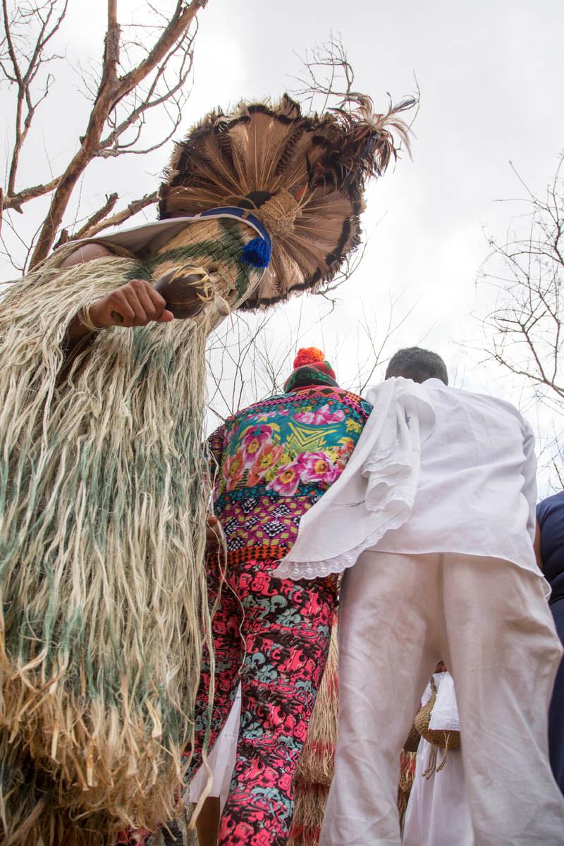 Índios Pankararu durante o ritual da Toré na trilha do Santo Sepulcro em Juazeiro do Norte - Romaria de Finados em homenagem ao Padre Cícero