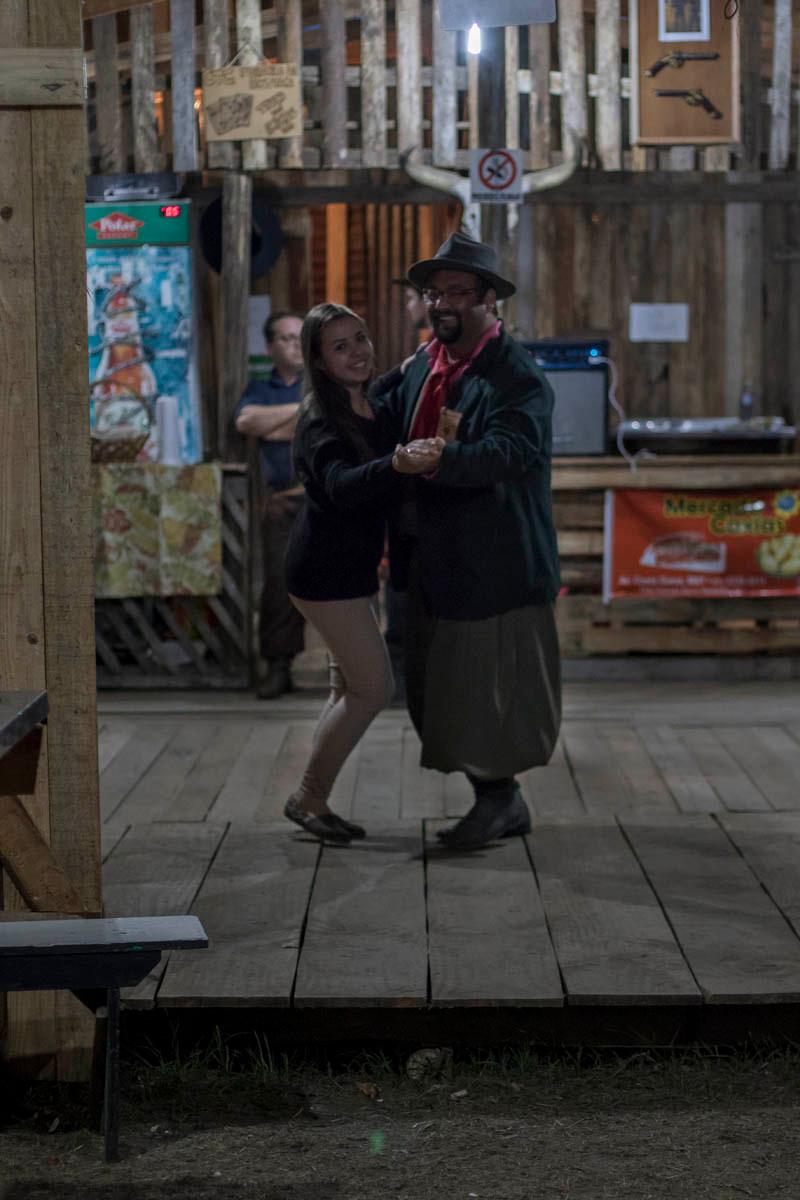 Gaúcho e prenda dançam em seu piquete no acampamento Farroupilha de Porto Alegre