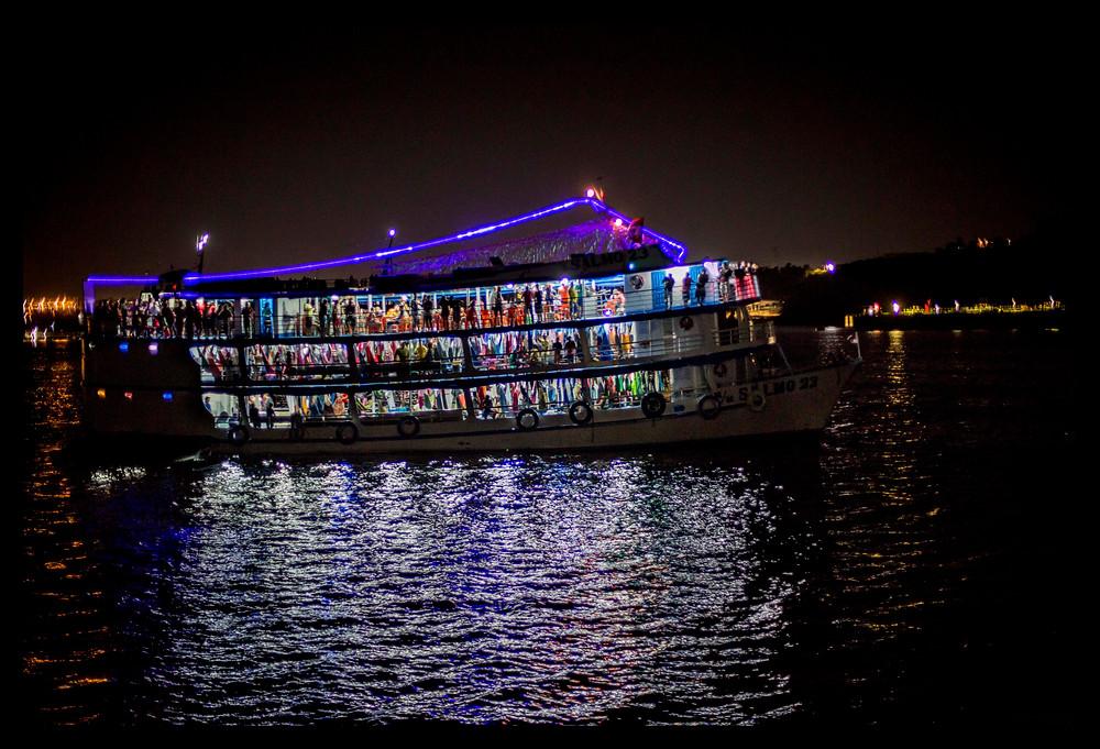 Barco levando turistas de Manaus para Parintins para o Festival do Boi Bumbá