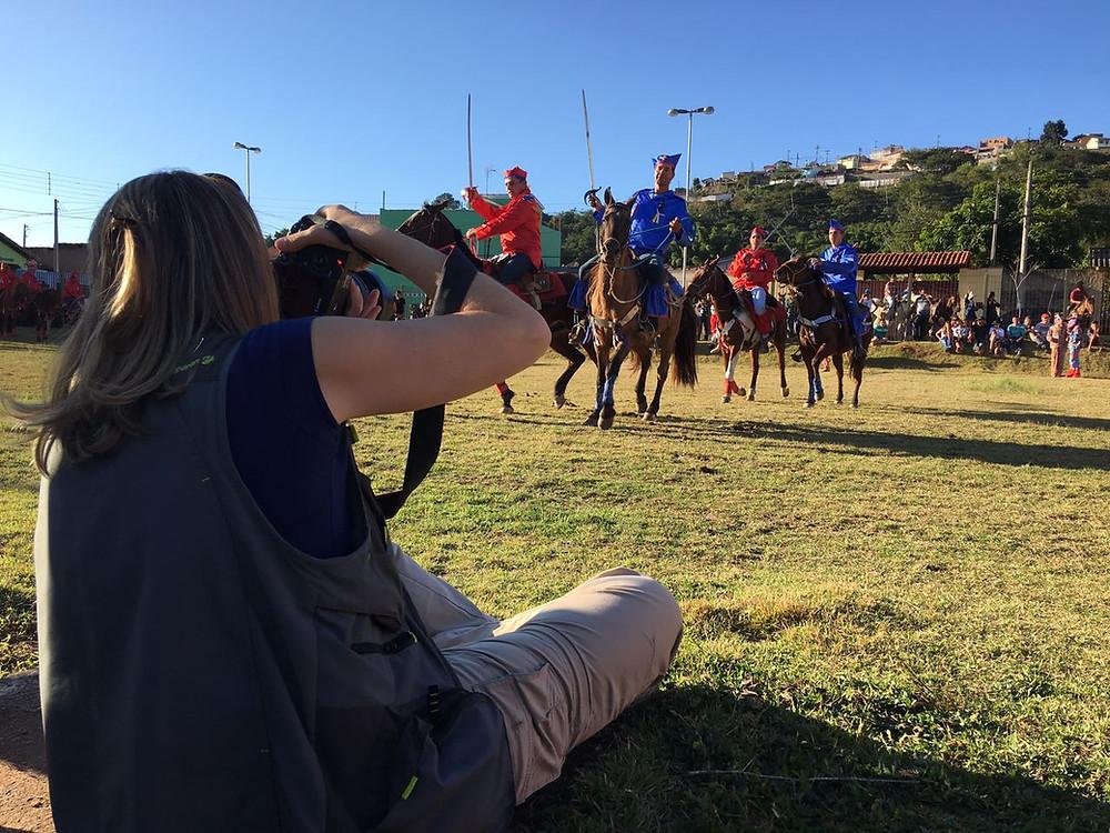 Andrea Goldschmidt fotografando as Cavalhadas na festa do Divino em São Luiz do Paraitinga