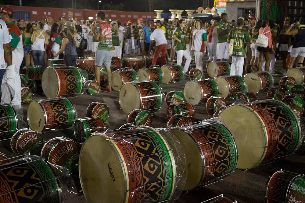 Bateria da Escola de Samba X9 Paulistana na área de concentração do Sambódromo de São Paulo no dia do Ensaio geral para o Carnaval