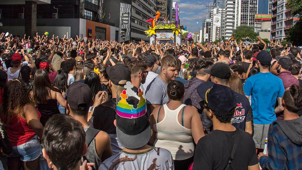 Parada LGBT de São Paulo reune uma multidão na Avenida Paulista