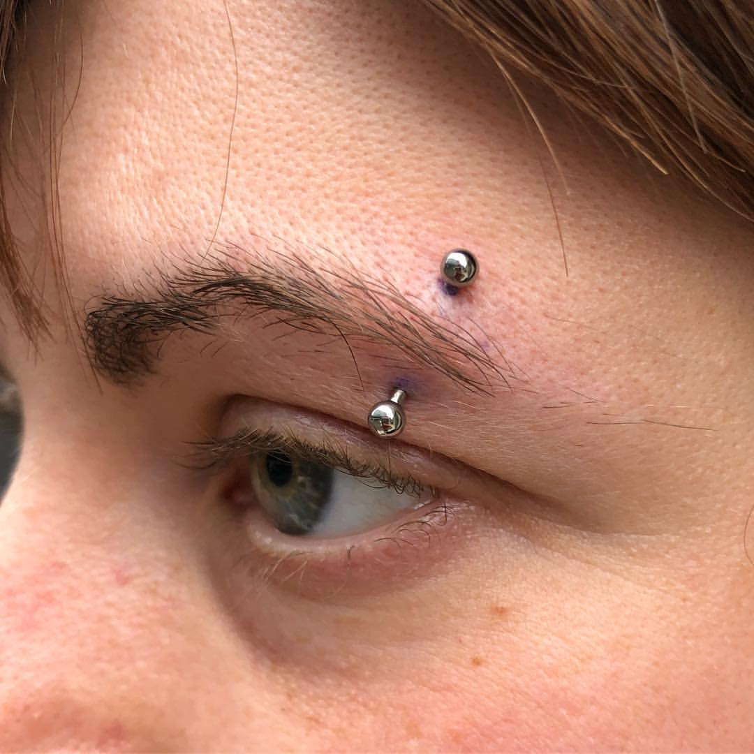 eyebrow with qualiti curved barbell