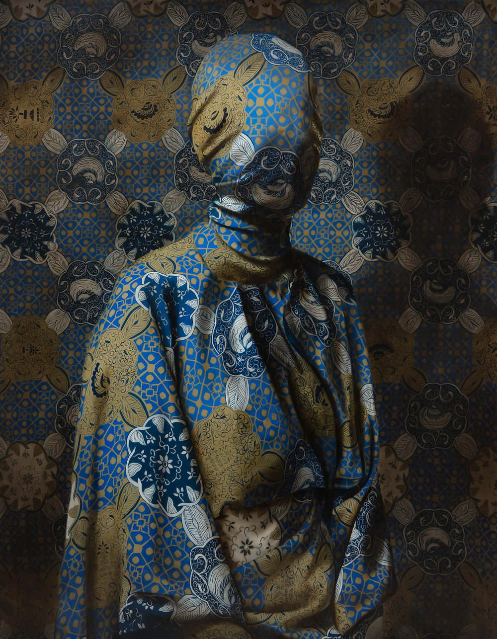 Now you see me (Blue and Gold Kimono) - Markus Åkesson - oil on canvas, 2019