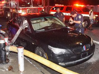 Пожарные Нью-Йорка разбили стекла BMW, чтобы протянуть шланг