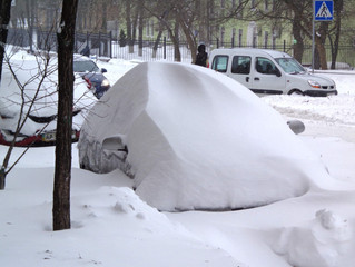 Россиян призвали откопать машины из сугробов