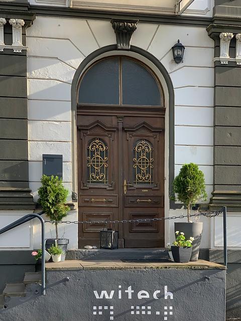 Der Eingang zu unserem Büro, wo sie in einer angenehmen Atmosphäre empfangen werden
