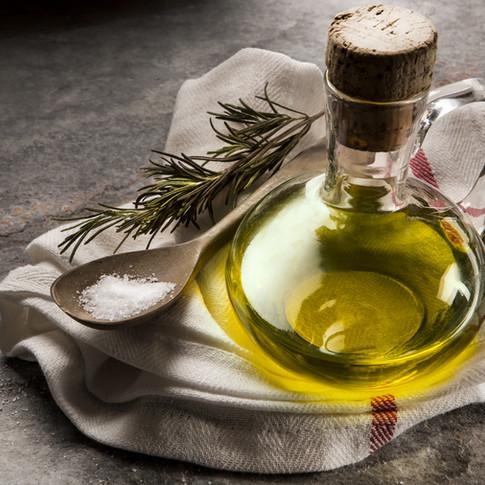 Olivenöl, Aceto Balsamico und aromatische Gewürzöle