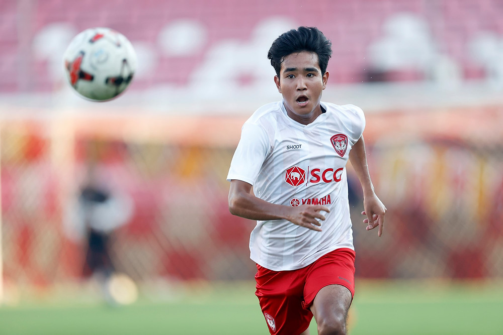 Muangthong United youngster Sundy Wongderee in action against Udon Thani FC.
