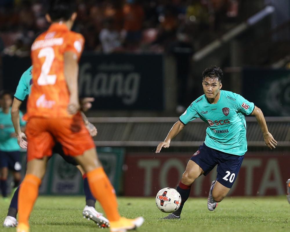 Poramet Arjvirai in action against Sukhothai FC