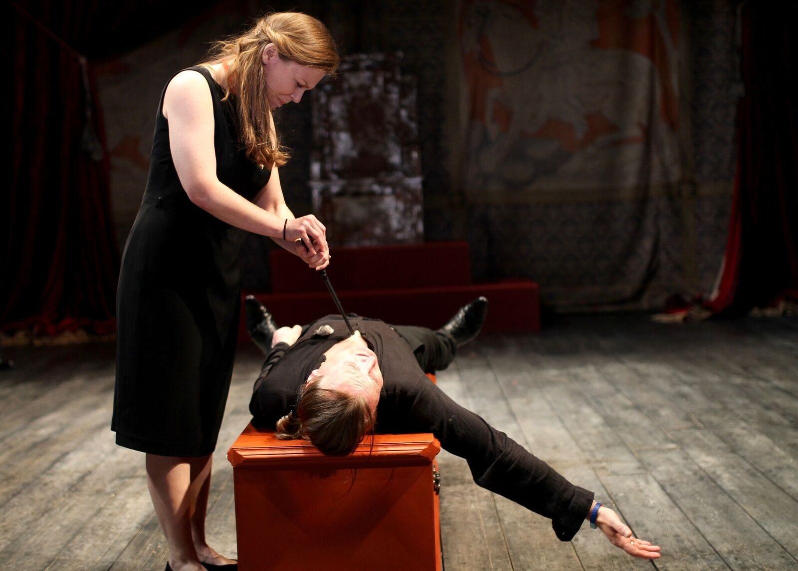 Anne almost kills Richard