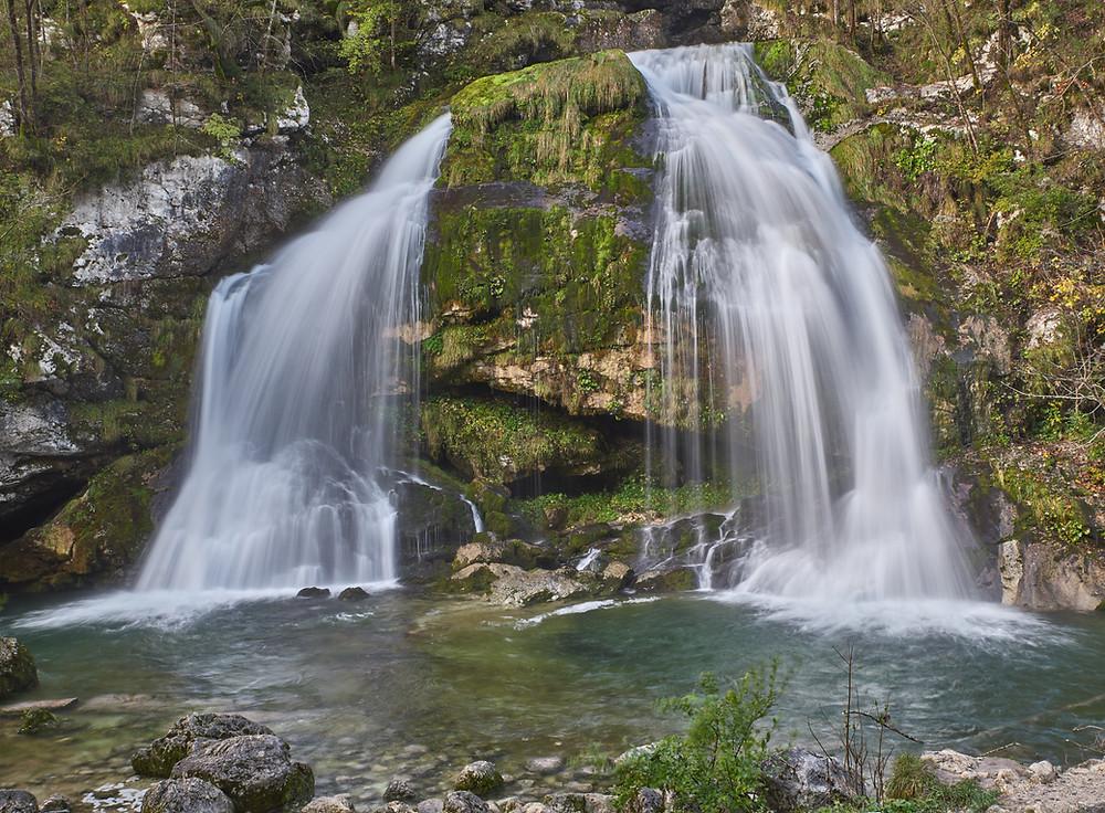 Im Triglav Nationalpark in Slowenien lohnt sich ein Besuch im Soca Tal. Wasserfälle, Tröge, Gumpen, Schluchten in den schönsten Herbstfarben