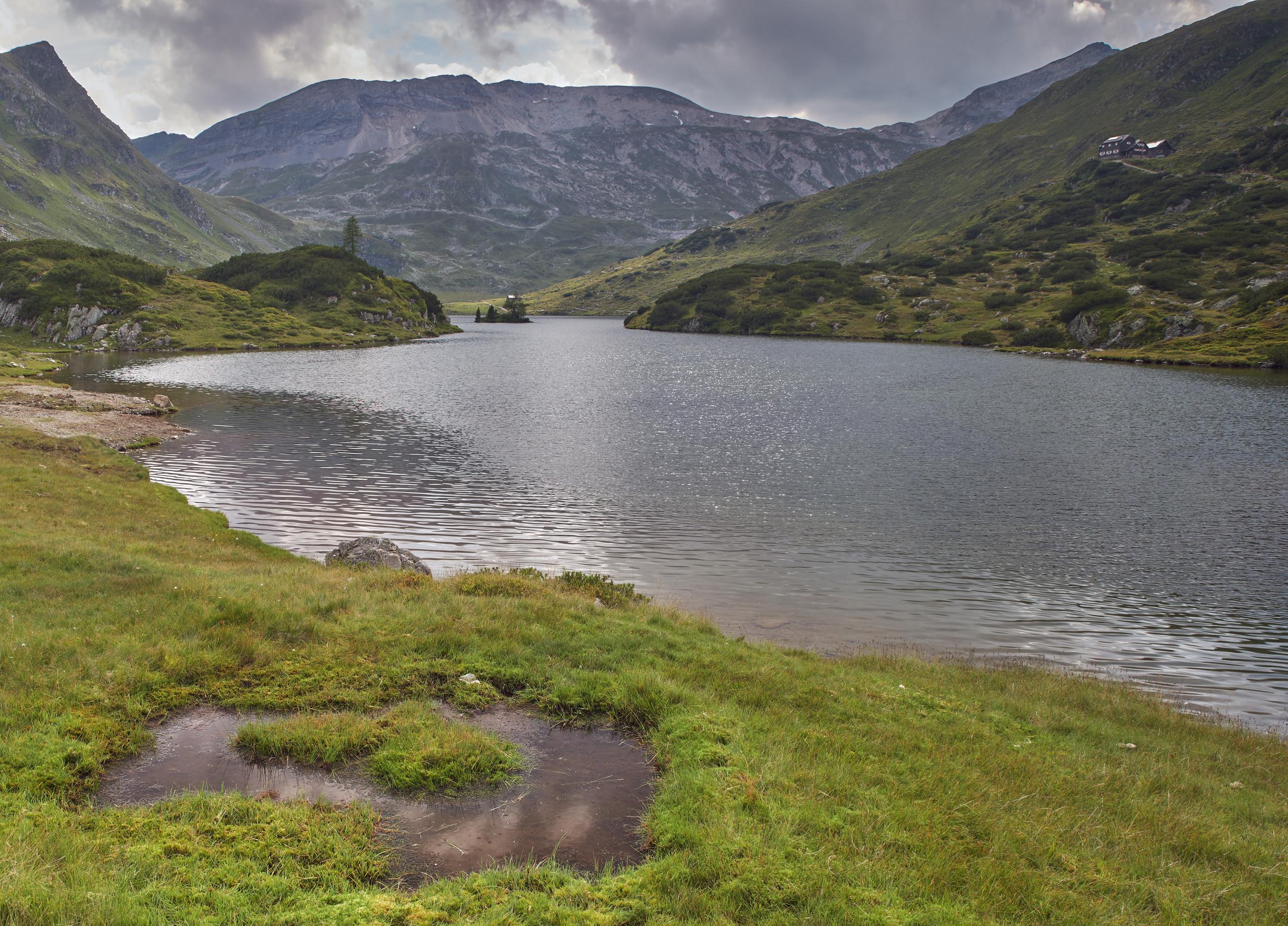 Der Giglachsee mit der Steirischen Kalkspitze. Rechts oben die Ignaz-Mattis Hütte