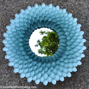 Marco para espejo con cucharas de plástico pintadas en degradado