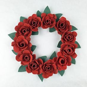 Corona de rosas hechas con hueveras