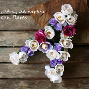 Letras de cartón decorativas rellenas con flores
