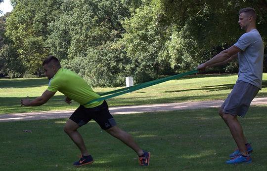 Athletiktraining im Park zu Verbesserung der Schnellkaft