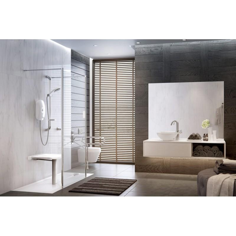 Salle de bain pour seniors avec siège de douche et barre de maintien installé par Solutions Seniors