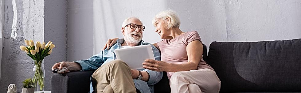 Couple de senior sur un fauteuil solutions seniors habitats