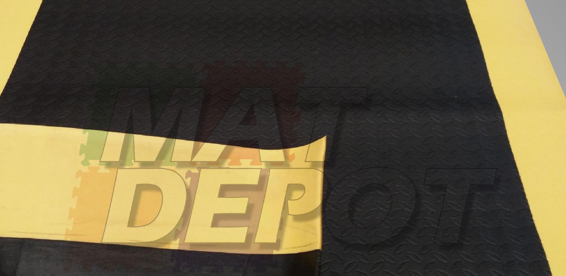 tapete esponjoso con franjas amarillas