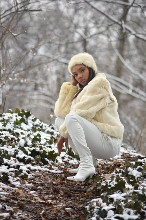 33-women's-casual-work-outfits-for-winter-white-jeans