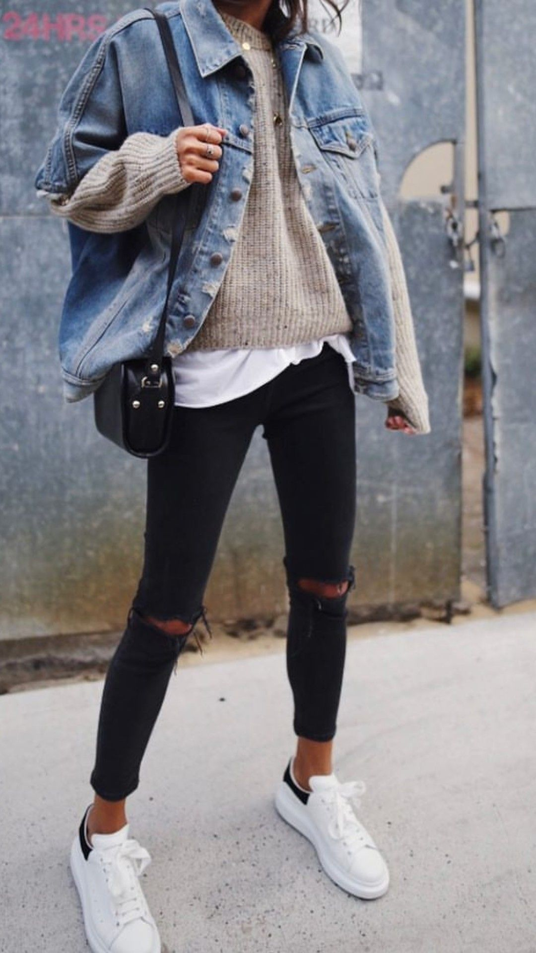 33-women's-casual-work-outfits-for-winter-torn-jeans