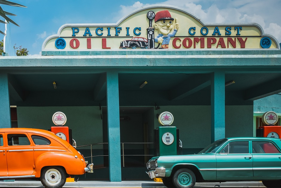 Classic cars at period US gas station