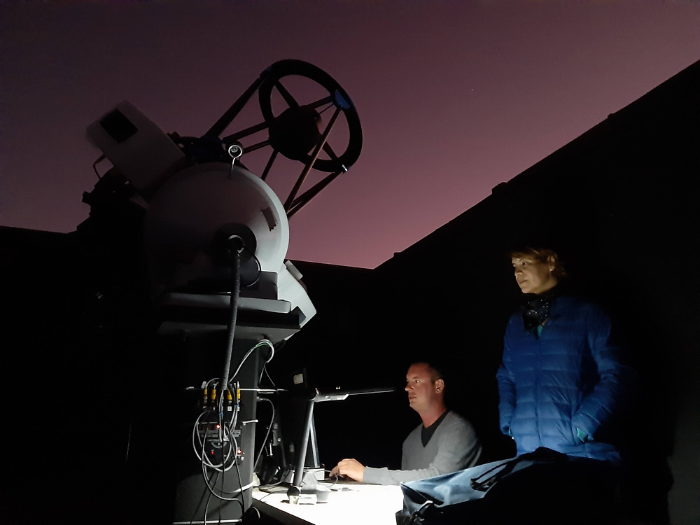 Observing in the Ckoirama Observatory with postdoctoral researcher Jeremy Tregloan-Reed. Photo by Juan Pablo Colque.