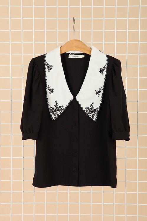 חולצה מכופתרת שחורה עם צווארון וינטג לבן עם רקמה