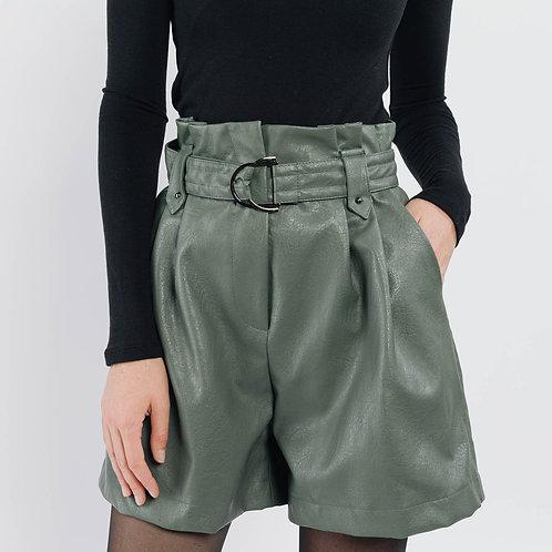 מכנסים קצרים מחוייטים דמוי עור