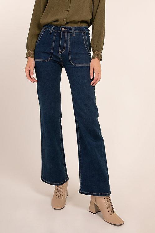 ג'ינס בגזרה גבוהה וצמודה מתרחב באזור התחתון של הרגליים