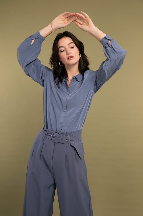 חולצה מכופתרת עם צווארון  בצבע כחול משגע