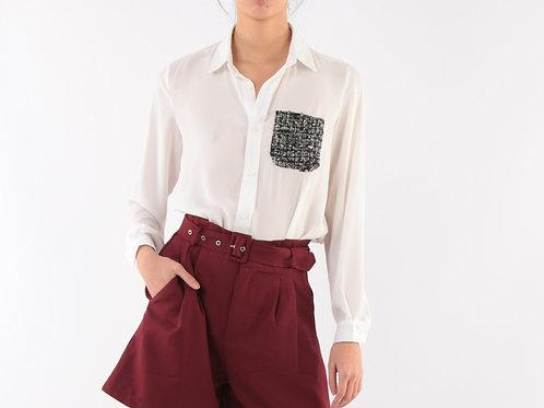 חולצה לבנה מכופתרת עם כיס שחור ולבן