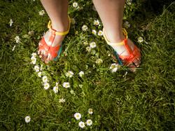 young-Mädchen-Tragen-Sandalen, -Summer-Gänseblümchen
