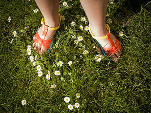 、-Summer-ヒナギク若い女の子-サンダルを履い