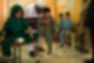 Kind met prothese en fysio.jpeg