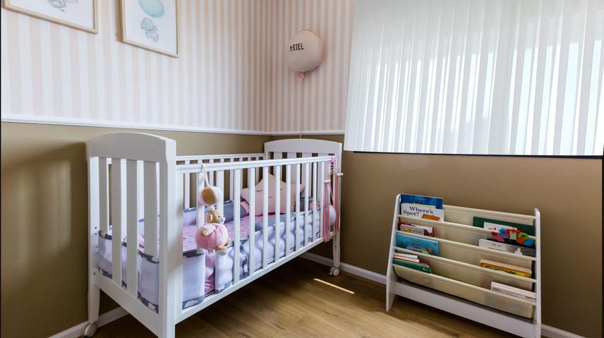 חדר ילדה עם וילון.jpg