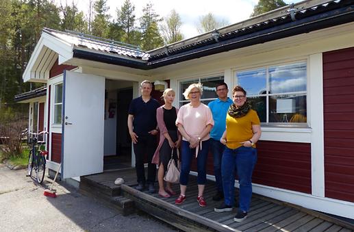 Stefan Lindgren, Madelene Westbom, Ann-Louise Norén, Tommy Isaxon och Malin Lejon tillsammas på en veranda