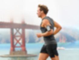 Man läuft mit Brücke im Hintergrund