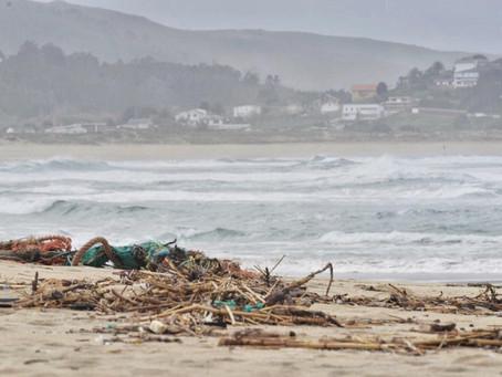 Equiocio impulsa una campaña de limpieza de residuos en la playa de O Vilar-Covas