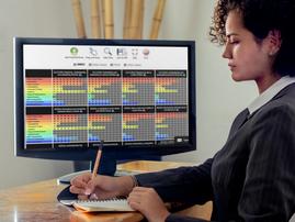 businesswoman-on-pc-desktop-mockup-templ