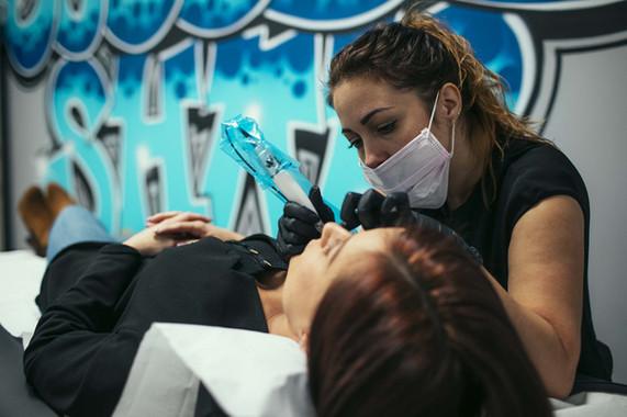 Permanent Make-Up depuis plus de 6 ans en Belgique et en France, elle répondra à vos demandes de maquillage permanent (sourcils, eye-liner , lèvres…), tatouages de reconstruction et correction ( aréoles mammaires, bec de lièvre, nombril, cils, cicatrices…), en passant par les soins anti-age plasma pour les rides du rhizome, taches pigmentaires....      Elle peut également réaliser les tâches de rousseurs, les grains de beauté, sourcils pré ou post chimio, et re-dessiner votre bouche.    N'hésitez pas à prendre contact avec elle pour plus d'informations ou pour une consultation,Maquillage permanent et paramédical, correction des asymétries, needeling pour les cicatrices, Yumi Lashes, maquillage de mariée, de soirée...