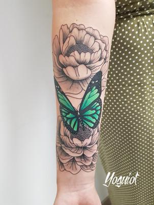 tatouage papillon et pivoines